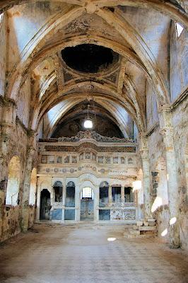 Εσωτερικό εγκαταλειμμένης ορθόδοξης εκκλησίας