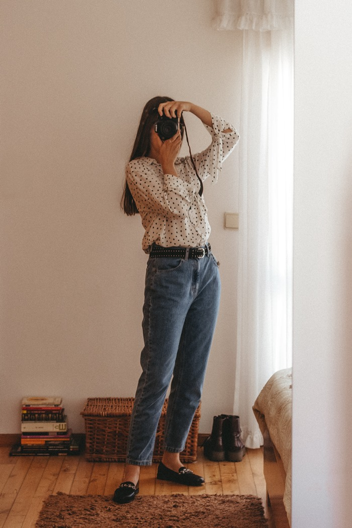 outfit mom jeans polka dots shirt