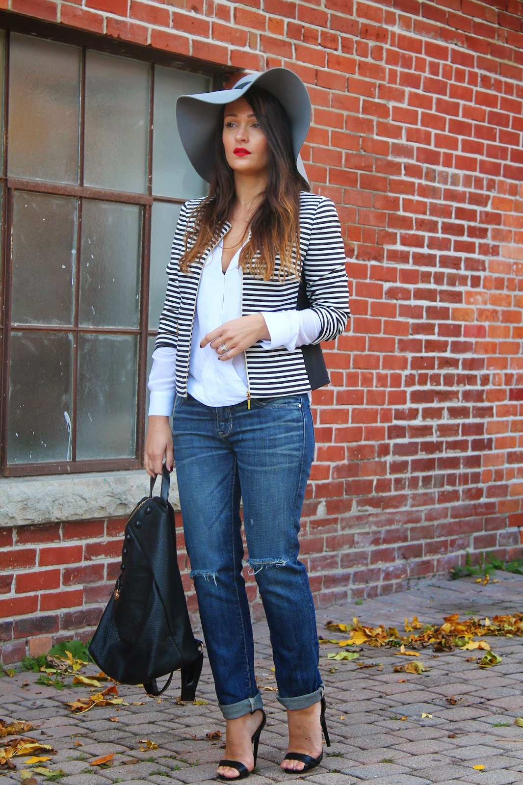 Stripped blazer, gray chapeau, hat outfit, how to style boyfriend jeans, gap jeans, blogerke, iscepane farmerke, crno bele pruge, fall outfit, toronto street style, canadian fashion blogger