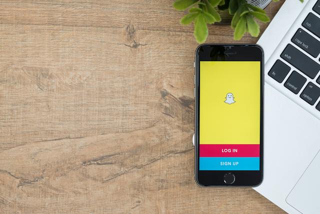 عندما تنضم إلى منصة وسائط اجتماعية ، بعد إعداد الملف الشخصي ، فإن أول ما عليك فعله هو العثور على أصدقائك. إذا كنت جديدًا في Snapchat ، فإن أسهل طريقة للعثور على الأصدقاء هي إدخال اسم المستخدم في حقل البحث. ماذا لو لم يكن لديك اسم مستخدم في متناول اليد؟ عليك أن تسأل نفسك كيف تجد أصدقائك. حسنًا ، هناك عدة طرق أخرى للعثور على شخص ما على Snapchat بدون اسم مستخدم.
