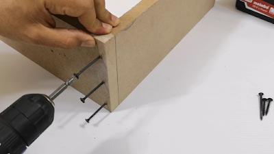 ربط قطعتين من الخشب بإستخدام مسامير ربط