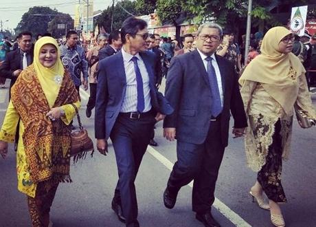Gubernur Sumbar dan Istri Ikuti Kirab Pernikahan Kahiyang-Bobby