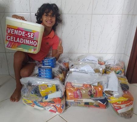 Menino de 7 anos junta dinheiro com venda de 'geladinhos' e doa cestas básicas para famílias carentes