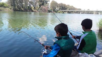 Niños pescando en Sevilla