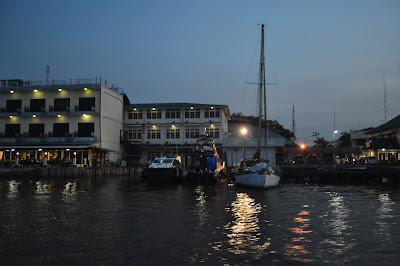 Cahaya lampu pasar di lihat dari Sungai Kapuas Tukang Jalan Jajan