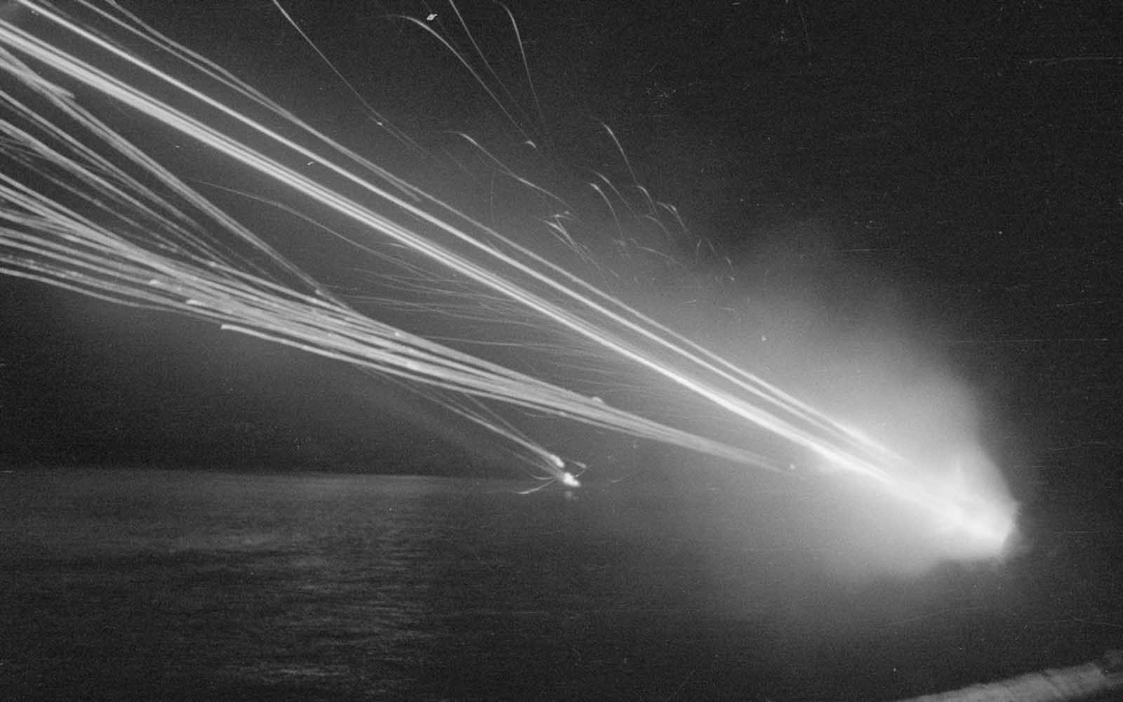 Destellos de boca saludan a los bombarderos enemigos. Fotografía tomada durante los ataques con bomba en abril-mayo de 1943.