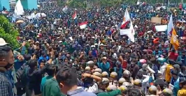 Demo di DPRD Lampung Memanas