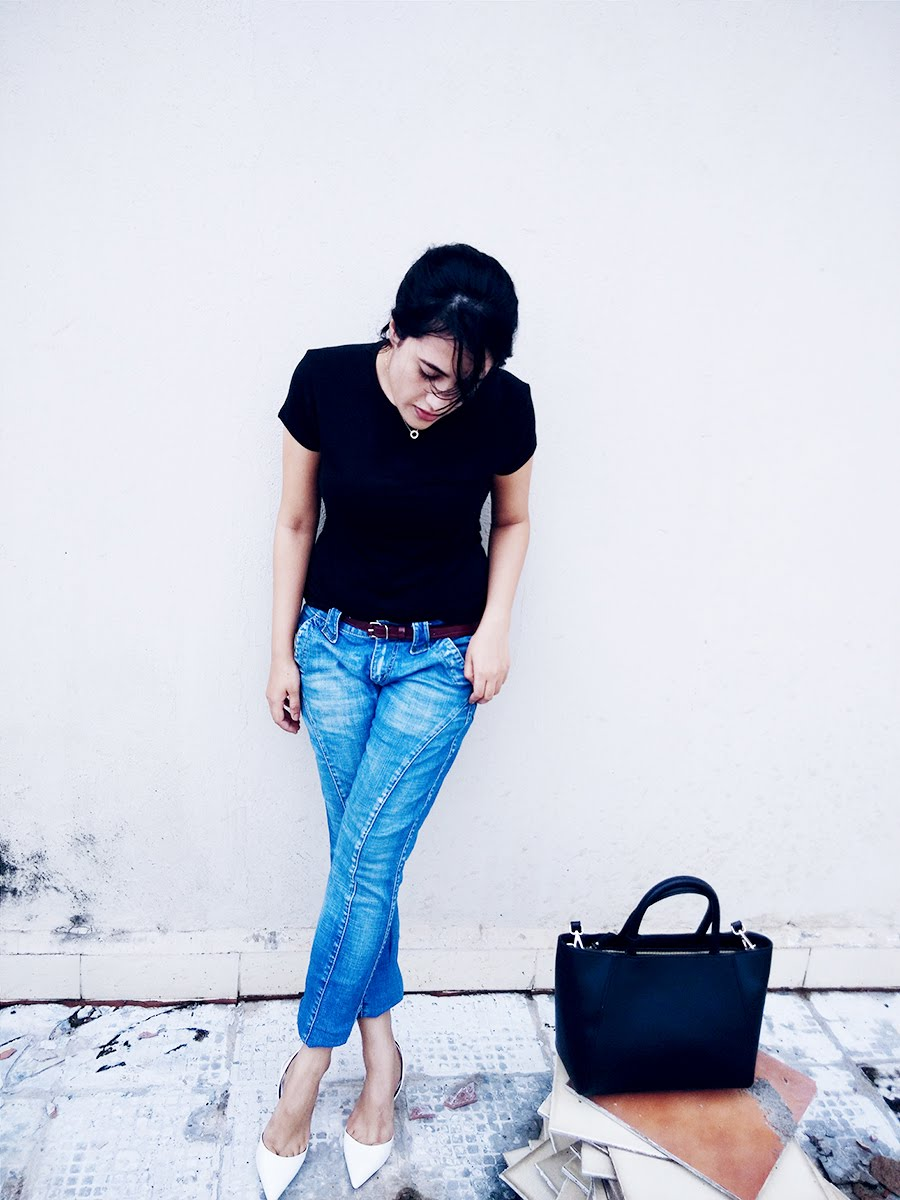 black top, Jeans blue ,Zara White kitten Heel,Zara city black bag ,style panorama
