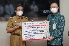 Melalui Dana CSR, Bank Riau Kepri Serahkan 7 Unit Ranmor Pengangkut Sampah dan Rehab Aula Kejari Inhil
