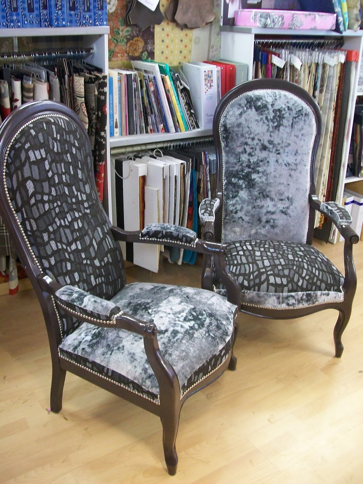 l 39 fauteuil voltaire deux tons. Black Bedroom Furniture Sets. Home Design Ideas