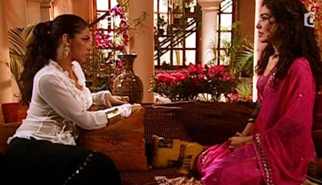 Jade e Latifa conversando na sala