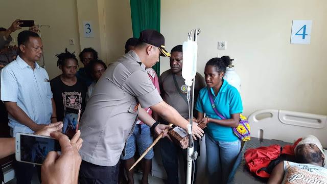 Kapolda Papua Beri Santunan 50 Juta Kepada Keluarga Korban Penembakan di Deiyai