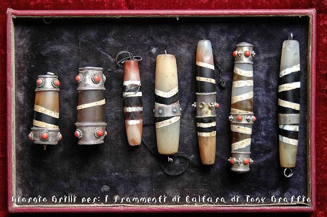 Una serie di Gzi rotti e artisticamente restaurati con argento e turchesi o corallo