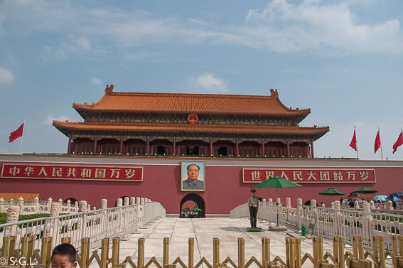Puerta de la paz celestial en Pekin. Retrato Mao