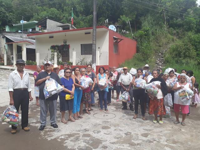Aurora Alertte Aramburo Jarillo refuerza canasta básica a habitantes de la colonia Amador Torres.