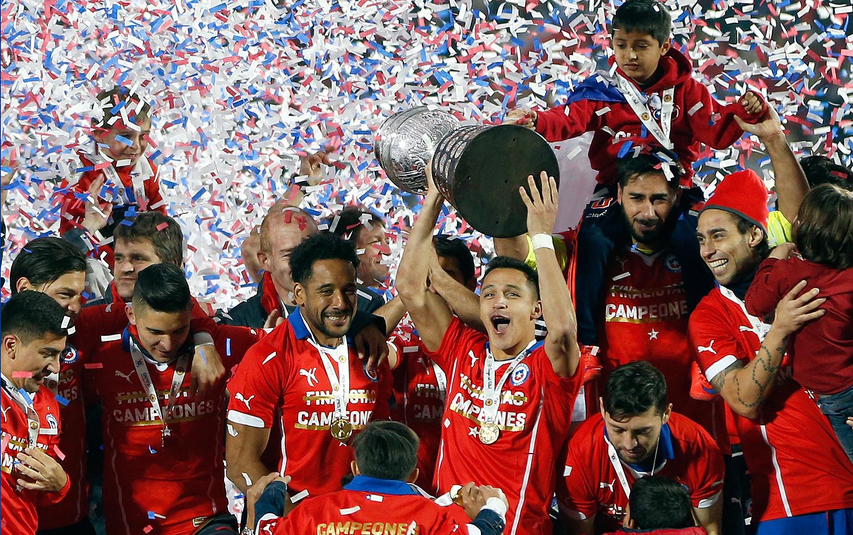 buy online 0aff0 2674e La playera diseñada para este festejo consta con una estrella dorada por  encima del escudo de la Federación de Fútbol de Chile, ente rector del  fútbol en ...