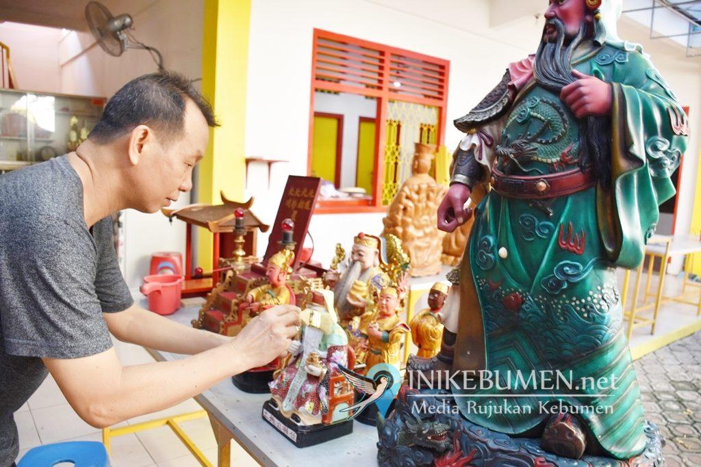 Sambut Tahun Baru Imlek, 27 Rupang di Klenteng Kong Hwie Kiong Kebumen Dibersihkan