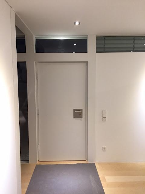 modum mit weißer Haustür