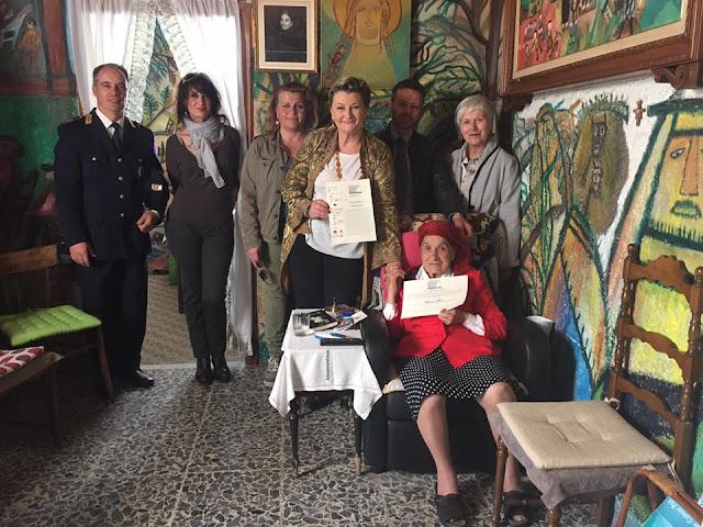 L'artista Bonaria Manca durante la premiazione