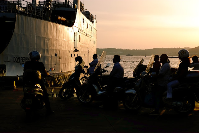 Scooteristi in attesa di imbarcarsi per le isole a Pozzuoli