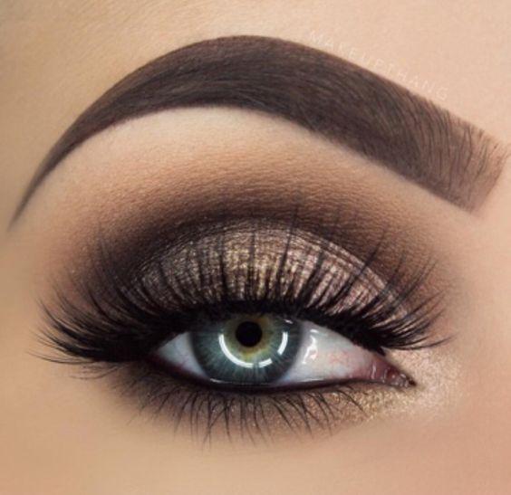 Valorizar o olhar é sempre bom, principalmente em uma maquiagem bem feita. Por isso é importante saber qual sombra valoriza mais o seu olhar e destacar os seus olhos na make. Não é só a cor da sombra que pode fazer a diferença, mas também a máscara de cílios e cílios postiços.