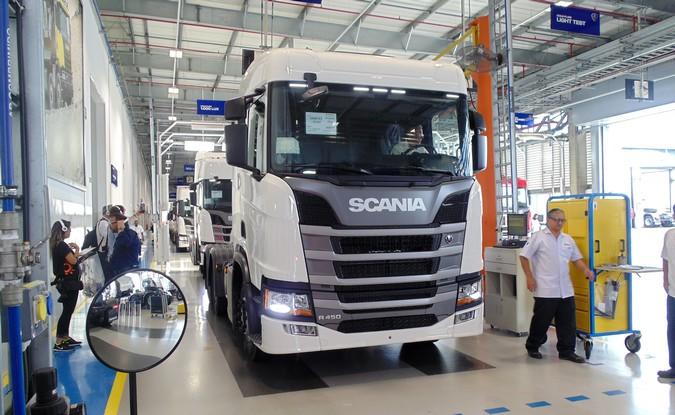 Scania retoma a produção de caminhões e ônibus no Brasil
