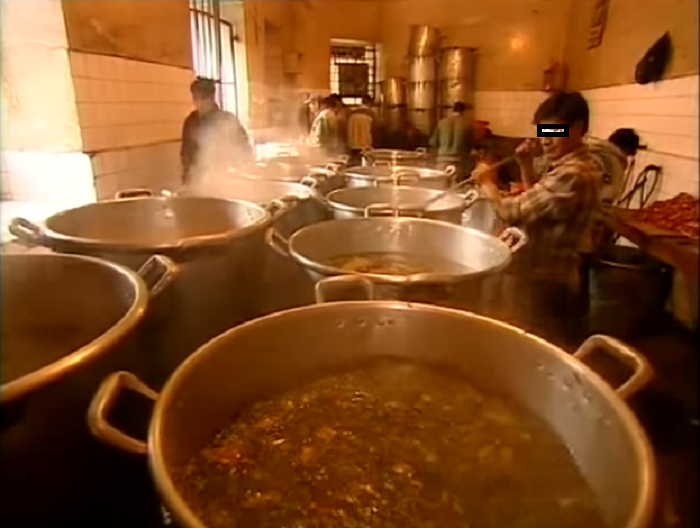 La olla común es parte del convivir en las cárceles de Bolivia / YOUTUBE / MÁS QUE CRÓNICAS