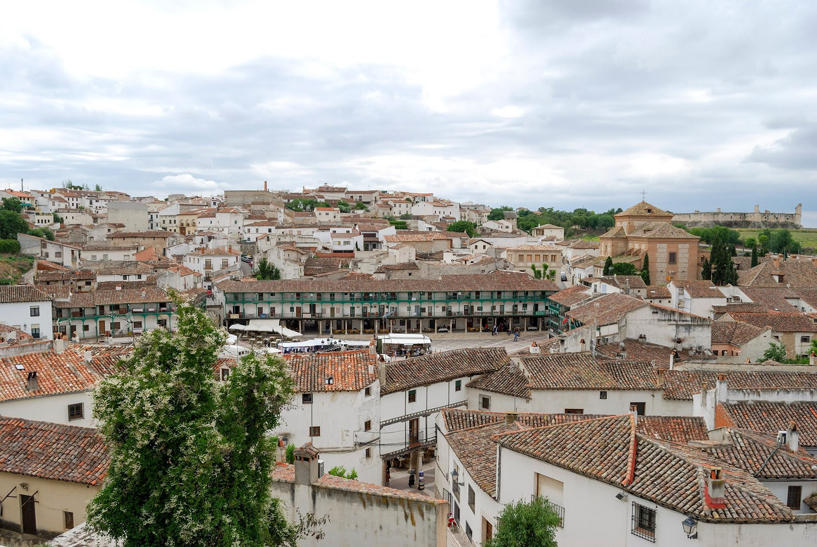 vista aerea birds eye chinchon madrid plaza mayor castillo pueblos bonitos spain