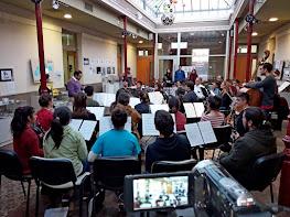 Coro de Clarinetes Carmelo Azzolina en ensayo durante un festival en Argentina. Varios clarinetistas reunidos por la música y el clarinete.
