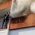 Πιτσιρικάδες σκαρφάλωσαν σε μπαλκόνι για να σώσουν ηλικιωμένο από φλεγόμενο σπίτι! (vid)