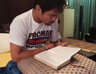 Manny Pacquiao leyendo la Biblia