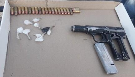 Detiene SSP a dos en posesión de un arma, cartuchos útiles y droga