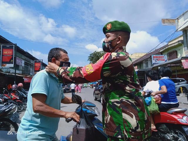 Kepada Masyarakat Personel Jajaran Kodim 0207/Simalungun Bagikan Masker Diwilayah Binaan