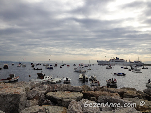 Tuzla sahilindeki tekneler ve İTÜ vapuru, İstanbul