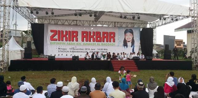 Acara zikir akbar yang diadakan tim pemenangan pasangan calon gubernur dan wakil gubernur nomor dua, Basuki Tjahaja Purnama dan Djarot Saiful Hidayat di GOR Rawamangun, Jakarta Timur, Minggu (18/12/2016).