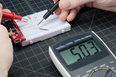 Gambar-Mengukur-Tegangan-Lampu-Menggunakan-Multimeter-2