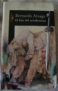 Portada del libro El hijo del acordeonista, de Bernardo Atxaga
