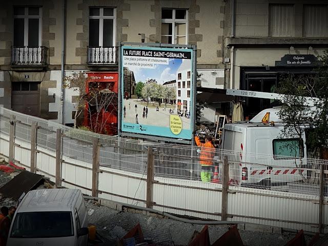 L'équipe de la Ville installe un nouveau panneau promotionnel du côté nord de la Place Saint-Germain...