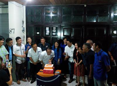 Ketua DPD Manado Partai Nasdem, Gilbert Eman meniup Lilin HUT ke-5 Partai Nasdem