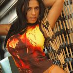 Andrea Rincon, Selena Spice Galeria 36 : Shakiras, Camiseta Negra Con Amarillo y Rojo, Tanga Amarilla y Naranja Foto 37