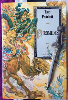 Portada del libro Pirómides, de Terry Pratchett