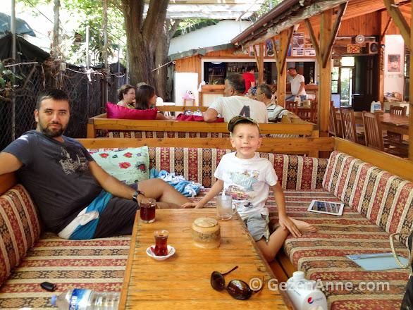 sedirlere yayıl, gün boyu çayını yudumla, Emin pansiyon Çıralı Antalya