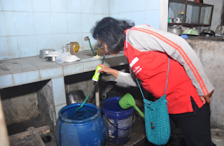 membersihkan rumah dari genangan air dan sarang nyamuk www.simplenews.me