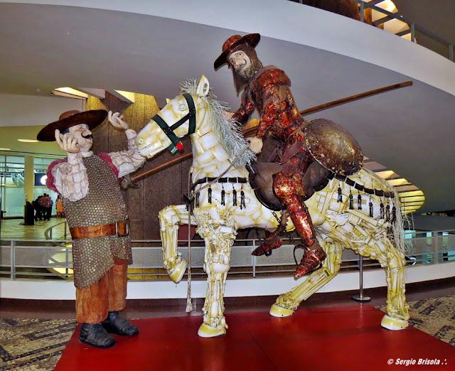 Vista ampla da Escultura Dom Quixote (Itinerante) no Conjunto Nacional - São Paulo