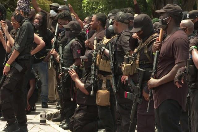 Grupo armado antirracista realiza protesto em um dos berços da Ku Klux Klan