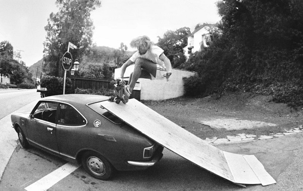 Auto-ramp - Benedict Canyon, CA, 1976 - foto por Hugh Holland | black and white photos | 70s California skaters awesome pics | imagenes chidas, fotos en blanco y negro bonitas