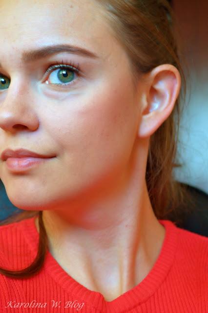 Róż Wibo Smooth'n Wear nr 5 na twarzy w pełnym makijażu