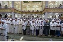 Hukum Imam Shalat Berjamaah Melamakan Sujud Terakhir.