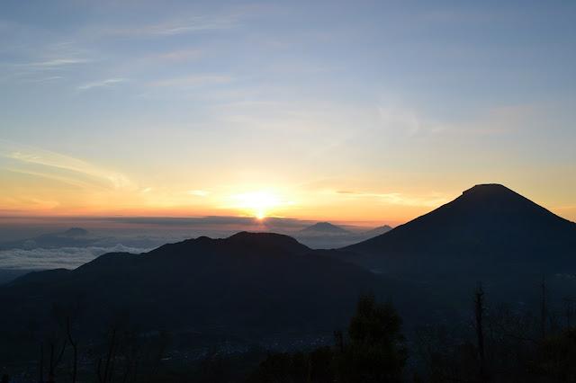 Saat-saat Golden Sunrise di Puncak Sikunir