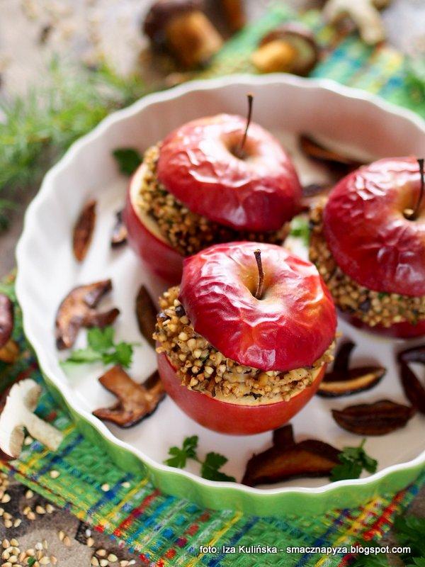 Jabłka pieczone z kaszą i grzybami
